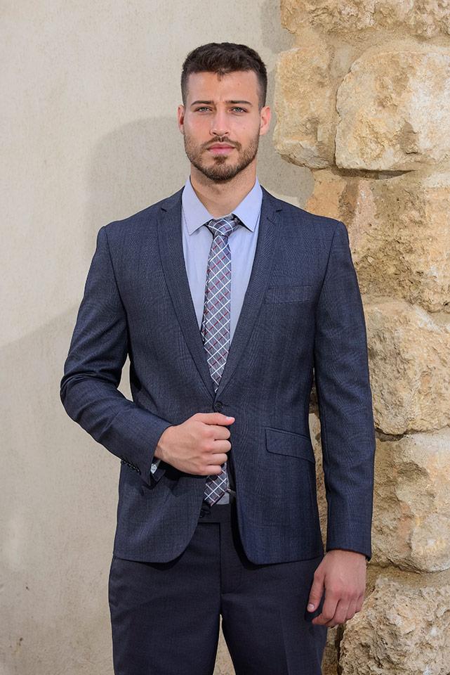 חליפה עם עניבה ארוכה