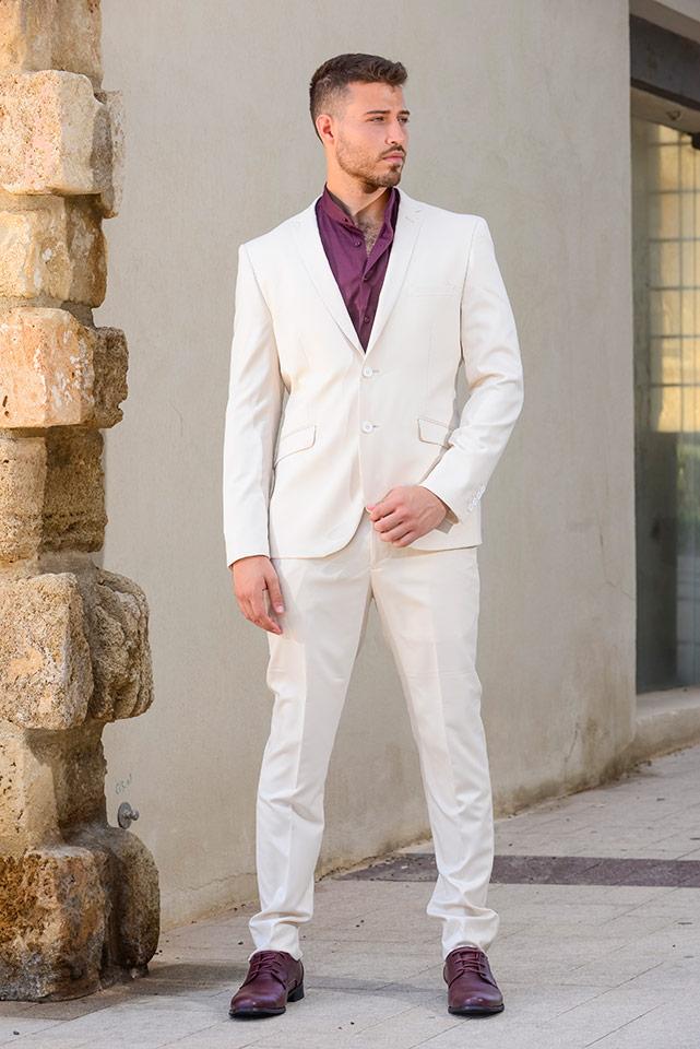 חליפת חתן קלאסית בהירה עם חולצה סגולה ללא עניבה