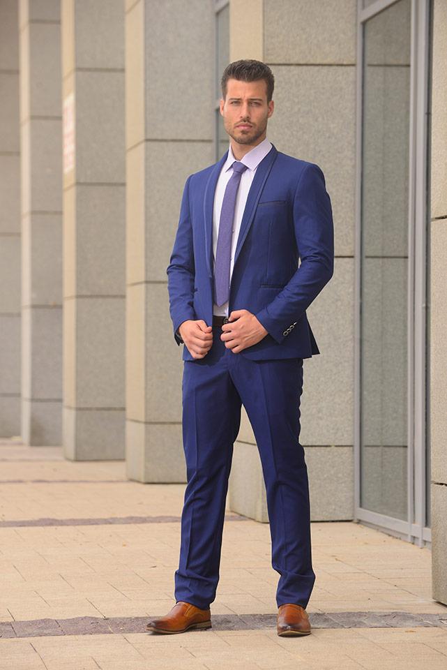 חליפת חתן מעוצבת בגוני כחול-סגול עם דש צווארון עגול