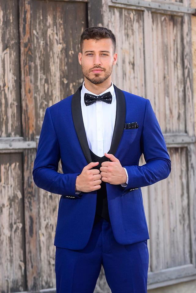 חליפת חתן מעוצבת בצבעי כחול ולבן עם צווארון עגול
