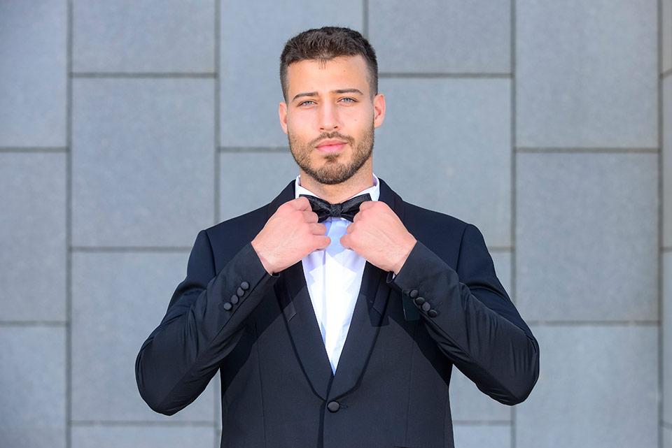 חליפת חתן מעוצבת בצבע שחור עם חולצה לבנה ופפיון