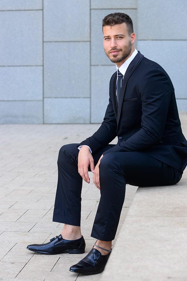 חליפת חתן מעוצבת בצבע שחור עם עניבה