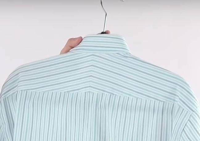 תפירה מפוצלת בחלק האחורי של החולצה