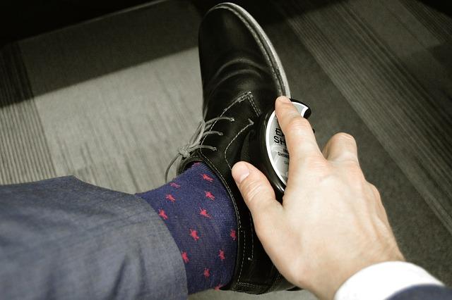 צחצוח נעליים מסיר את רוב הפגמים השטחיים