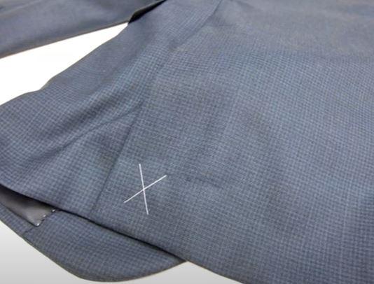 סימני תפירה על חליפה